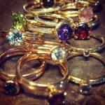 diferentes anillos con piedras preciosas se superponen